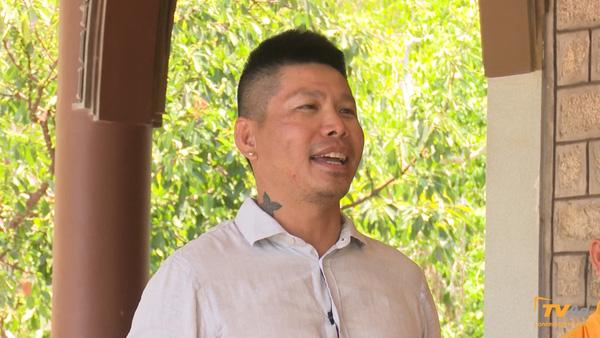 Bác Leng Keng xuất hiện với nụ cười tươi.