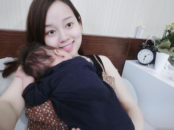 Con trai ngủ ngon trên bờ vai của Khánh Ly.