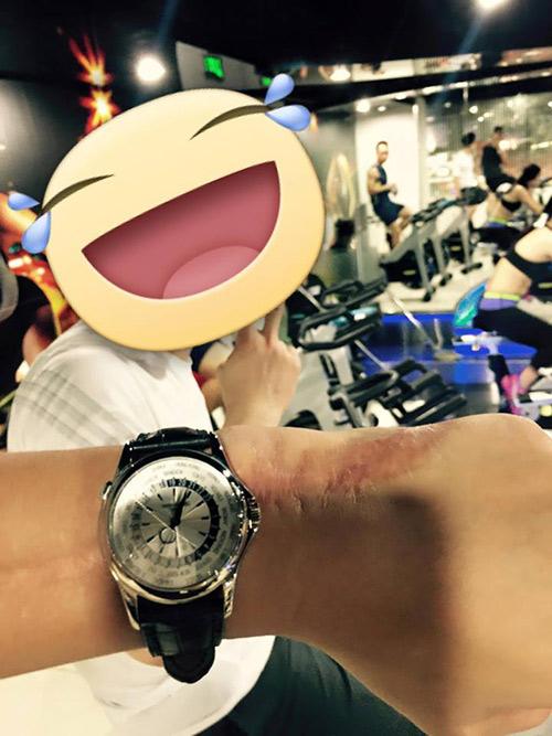 Bảo Hưng từng đeo một chiếcPatek Philippe World Time 5130P. Giá bán của chiếc đồng hồ này vào khoảng 60.000 USD (khoảng 1,3 tỷ đồng).