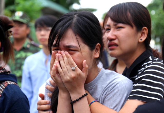 Ai nẫy đều không cầm nổi nước mắt