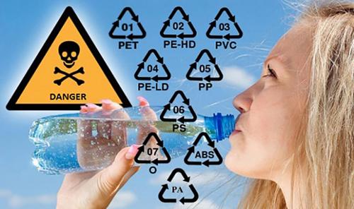 """Dưới đáy của các hộp, chai nhựa có các con số từ 1 đến 7 nằm gọn trong dấu hiệu """"recycle"""" (tái chế), đó chính là số hiệu phân loại nhựa."""