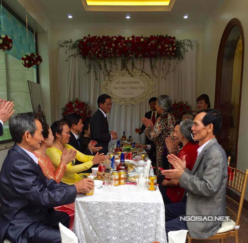Sau phần lễ, gia đình hai bên cùng nhập tiệc.