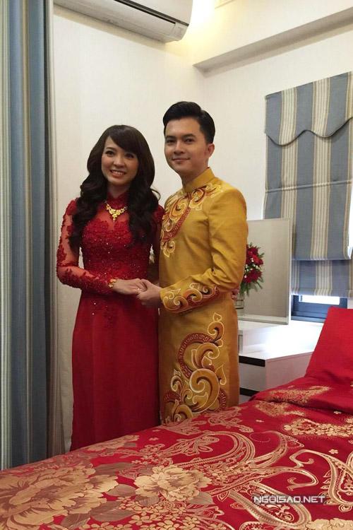 Cô dâu được đưa lên phòng mẹ của chú rể trước khi họ thực hiện nghi lễ.