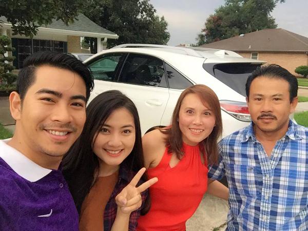 Đôi vợ chồng nhí nhảnh bên vợ chồng người cậu của Thanh Bình.