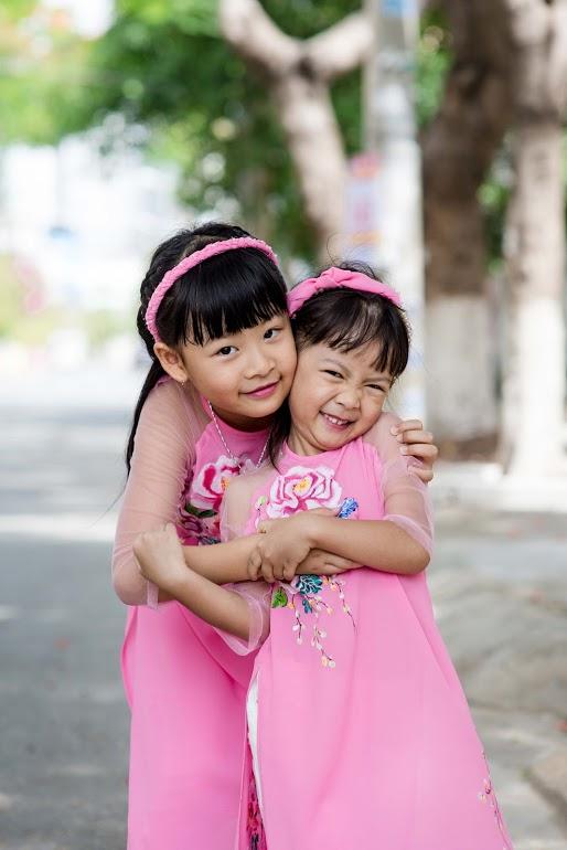An Nhiên là cô chị, có nhiều nét giống mẹ trong khi cô em An Như giống hệt bố Bình Minh.