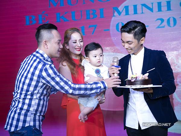 Khi MC hỏi về cảm xúc trong ngày vui, Phan Hiển chia sẻ nhiều điều khiến Khánh Thi vô cùng xúc động. Kiện tướng dancesport trẻ tuổi nói lời ngọt ngào với Khánh Thi trước mặt quan khách: Anh yêu em, bà xã.