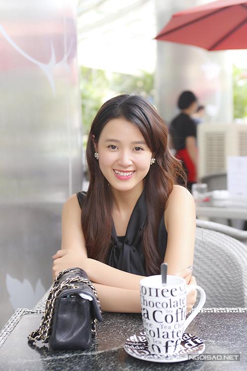 Nữ diễn viên thảnh thơi ngồi uống cà phê cùng bạn ở Sài Gòn.