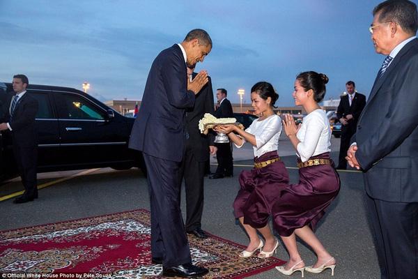 Người đứng đầu nước Mỹ chào tạm biệt tại sân bay quốc tế Phnom Penh, Campuchia ngày 20/11/2012.
