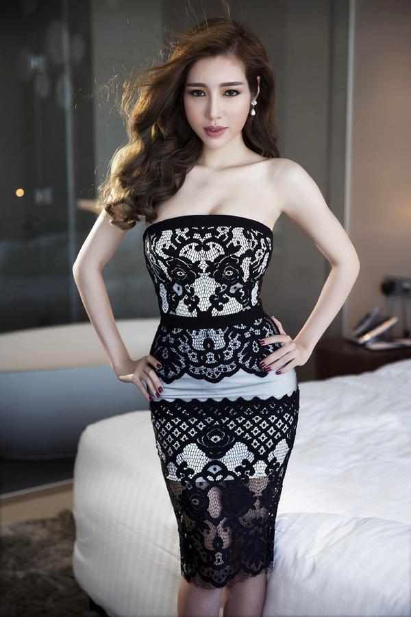 Elly Trần được khen ngợi ngày càng xinh đẹp, mặn mà hơn khi sau khi sinh em bé thứ hai. Ba vòng của cô hầu như không thay đổi dù chỉ mới sinh con một tháng.