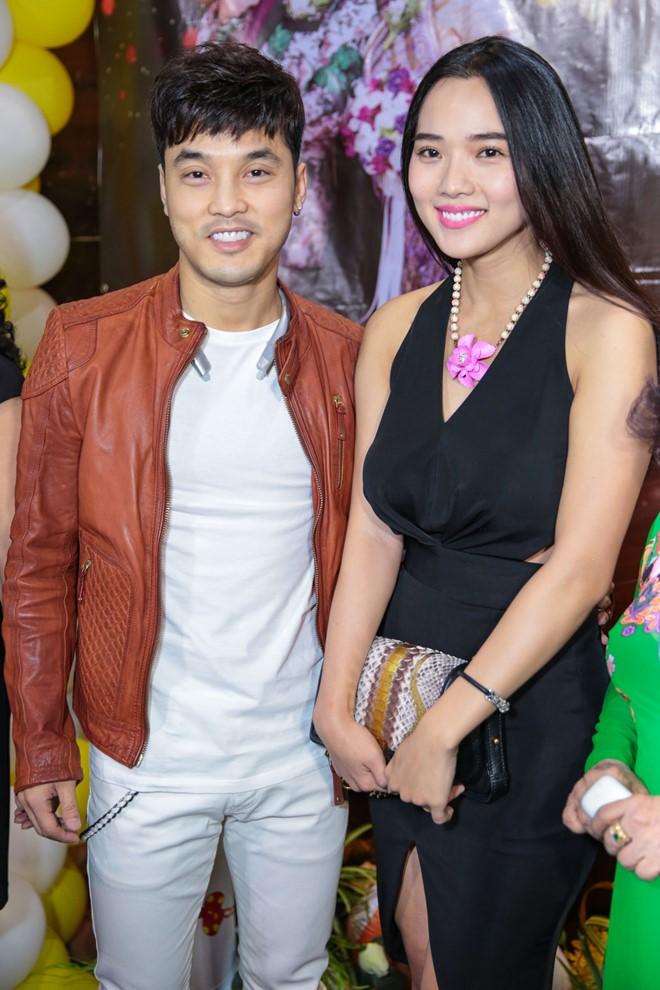 Ưng Hoàng Phúc và Kim Cương là một trong những khách mời đến sớm nhất. Đây là lần đầu tiên cựu người mẫu xuất hiện sau khi sinh con trai đầu lòng cho bạn trai.