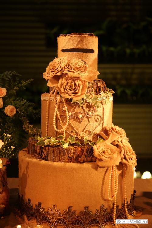 Chiếc bánh độc đáo làm từ gỗ và vải được bày trong tiệc cưới khiến nhiều khách mời chú ý.