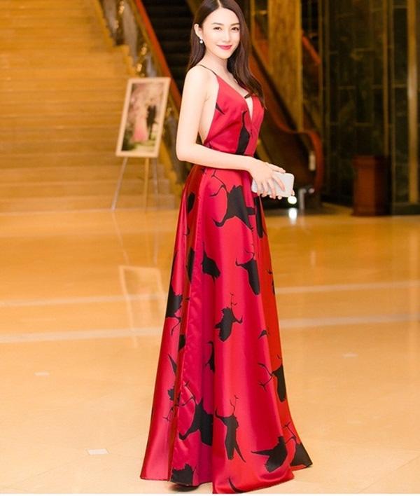 Lê Hà sinh năm 1993, đã từng học khoa Ngân hàng Tài chính của trường ĐH Công nghệ TP.HCM. Cô gia nhập Venus của Vũ Khắc Tiệp từ năm 2013 và bắt đầu theo đuổi con đường người mẫu chuyên nghiệp từ đây.
