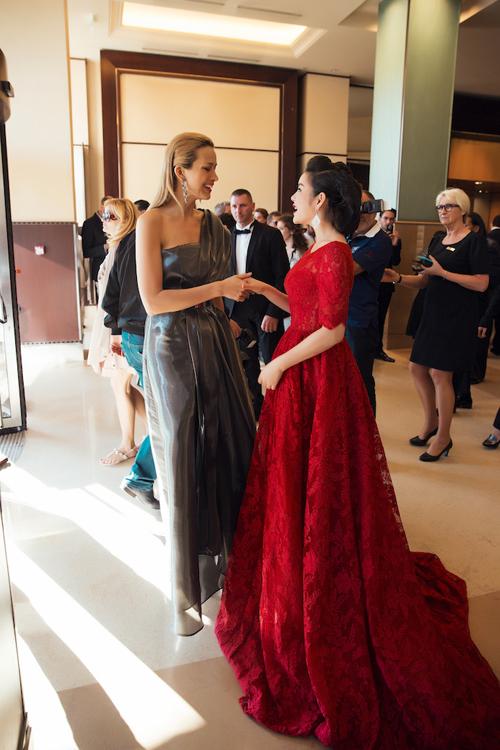 Cựu Đại sứ cho biết, cô rất bất ngờ trước sự thân thiện và tình cảm của Petra Nemcova dành cho mình.
