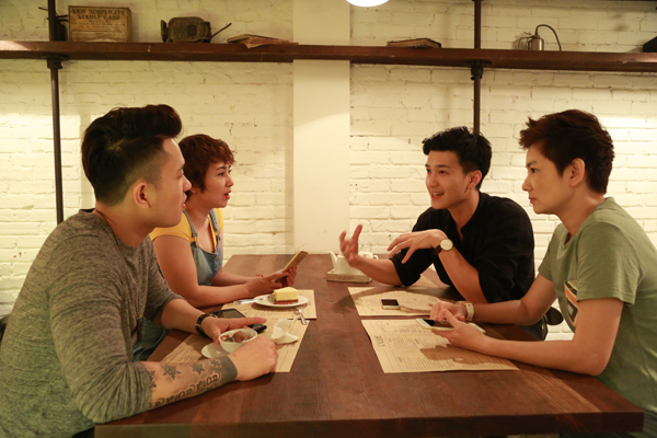 Bốn người thảo luận sôi nổi về MV Chỉ cần một lý do để tin sắp phát hành.