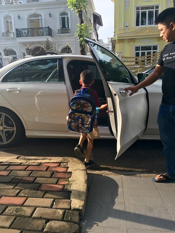 Ngay từ khi còn nhỏ Subeo đã được đưa rước bằng xế sang lúc đi học.