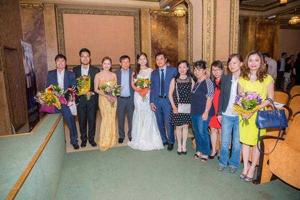 Các khán giả tặng hoa và xin chụp hình kỷ niệm cùng các nghệ sĩ sau khi kết thúc chương trình.