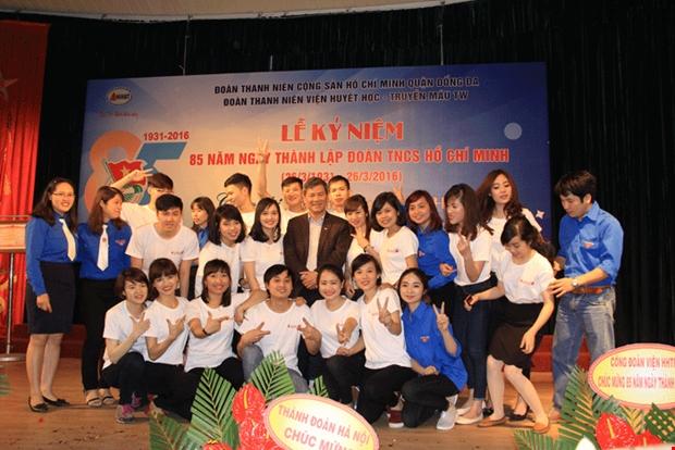 Đoàn thanh niên cùng lãnh đạo Viện mừng ngày thành lập Đoàn. Ảnh Vương Tuấn