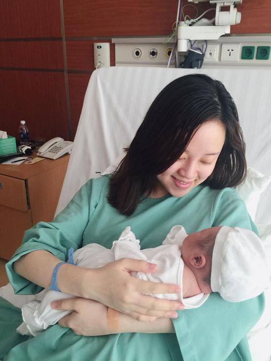 Hôm 4/4, Khánh Ly lần đầu đăng ảnh con trai kể từ sau ca sinh ngày 25/3. Cô cho biết cậu nhóc sinh mổ ở thai tuần thứ 37, nặng 3,4 kg và bú mẹ rất tốt.