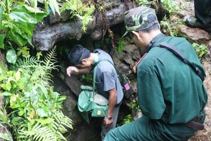 Lực lượng chức năng tiếp cận hang để đưa thi thể 2 nạn nhân cuối cùng ra khỏi hang
