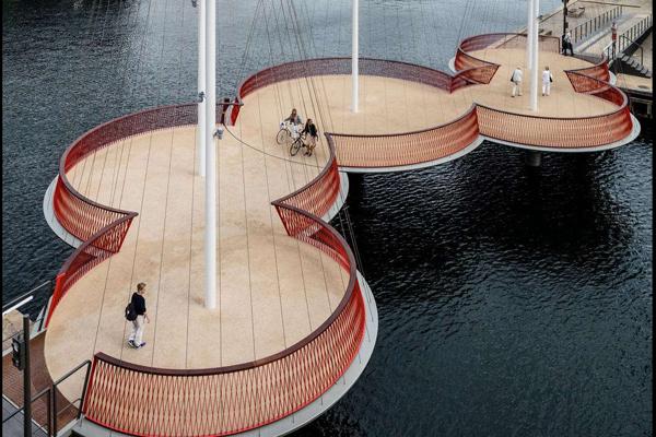 Cây cầu Cirkelbroen tại Đan Mạch được họa sĩ Olafur Eliasson thiết kế lấy cảm hứng từ lịch sử thành phố cảng Copenhagen. Cây cầu khánh thành năm 2015 có 5 bệ hình tròn và các cột buồm tạo hình ảnh những con thuyền đang đậu ở bến cảng.