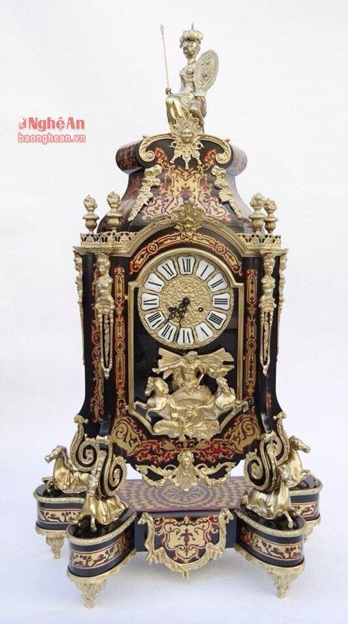 Chiếc đồng hồ chỉ mới nhìn qua đã không thể rời mắt. Trên thị trường, chiếc đồng hồ như thế này còn rất ít vì giá trị của nó lên tới hàng trăm triệu đồng.