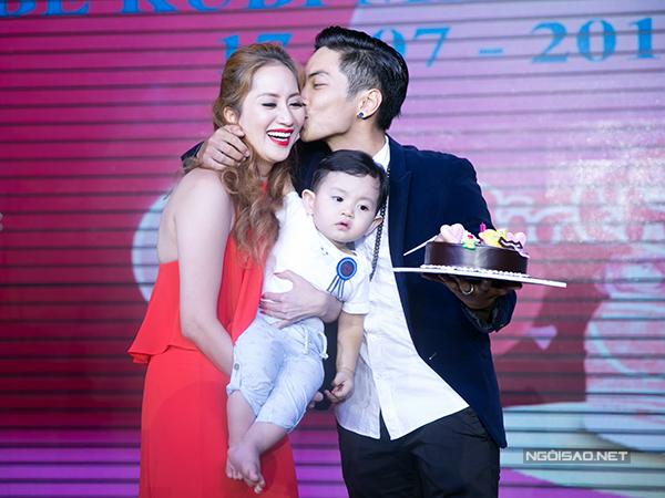 Sau đó, Phan Hiển đặt nụ hôn nồng nàn lên má Khánh Thi. Anh từng thú nhận, đã yêu Khánh Thi từ năm anh mới 17 tuổi. Tình yêu của họ đã trải qua nhiều sóng gió trước khi về sống chung.