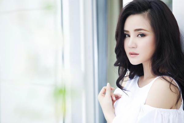 Hình ảnh của Vy Oanh trong MV do stylist Đỗ Long thực hiện, nhiếp ảnh - đạo diễn Lê Thiện Viễn, trang điểm Minh Lộc, Tín Nguyễn.
