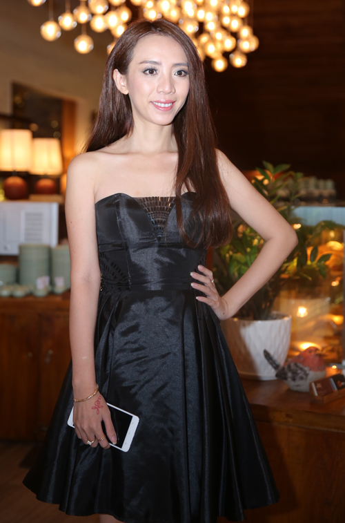 Diễn viên hài Thu Trang dịu dàng, nữ tính dự buổi ra mắt một sản phẩm công nghệ.