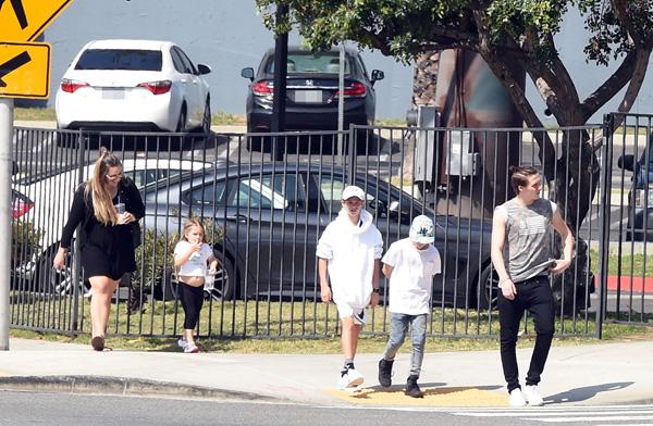 Cô bé Harper có lúc cũng chịu đi bộ với các anh.