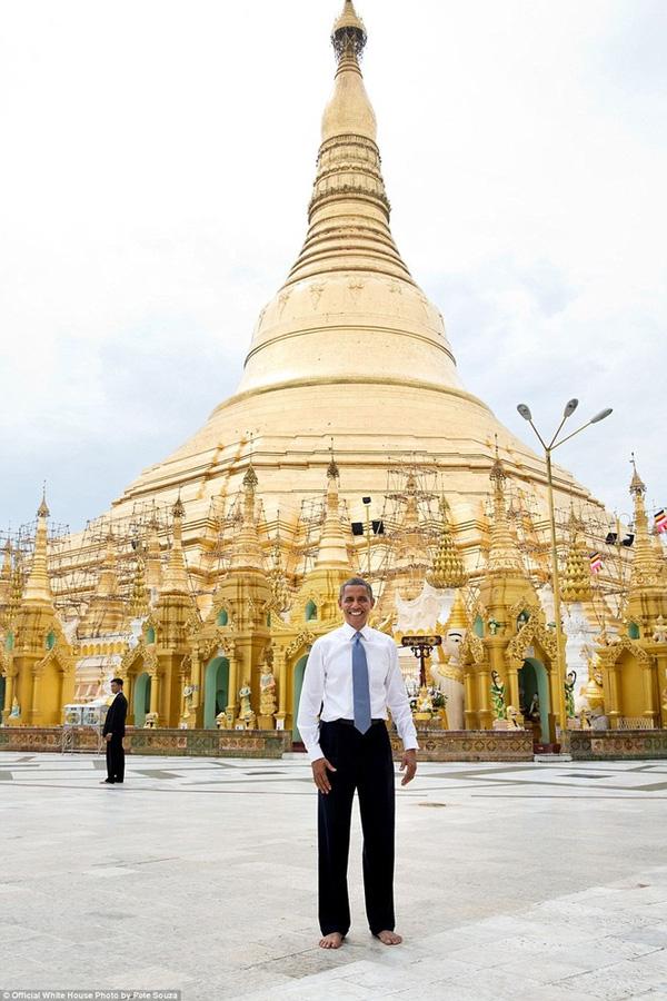 Theo phong tục tại Myanmar, tổng thống Mỹ để chân trần chụp ảnh trước chùa Shwedagon ở thành phố Yangon, ngày 19/11/2012.