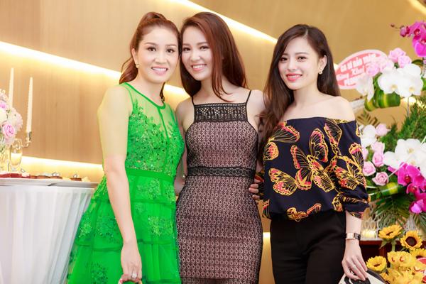 Hoa hậu Camay Thu Trang và Hoa hậu Biển 2014 Lan Hương đều vui vẻ hội ngộ với gái một con.