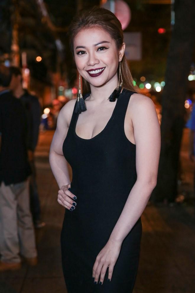 Mia diện đầm đen gợi cảm dự tiệc cưới của MC Thanh Bạch. Nữ ca sĩ thân thiết với MC Thanh Bạch sau chương trình Gương mặt thân quen.