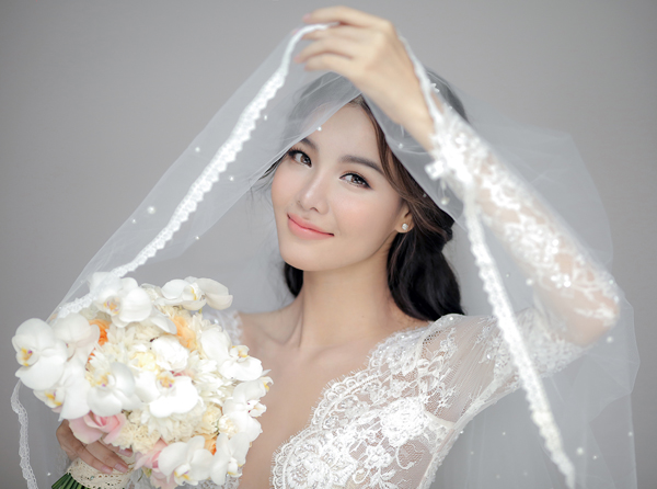 Cả 3 mẫu trang phục đều được Chung Thanh Phong chăm chút tỉ mỉ cho từng đường nét nhằm giúp cô dâu có được nét gợi cảm và tinh tế.