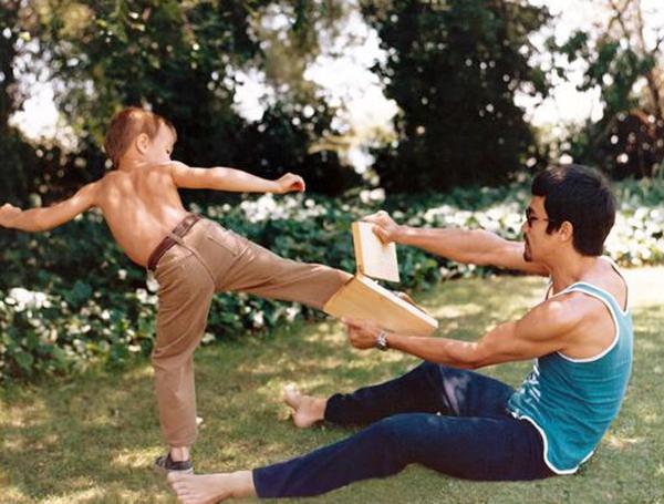 Hình ảnh Lý Tiểu Long dạy con trai Brandon học võ thuật.