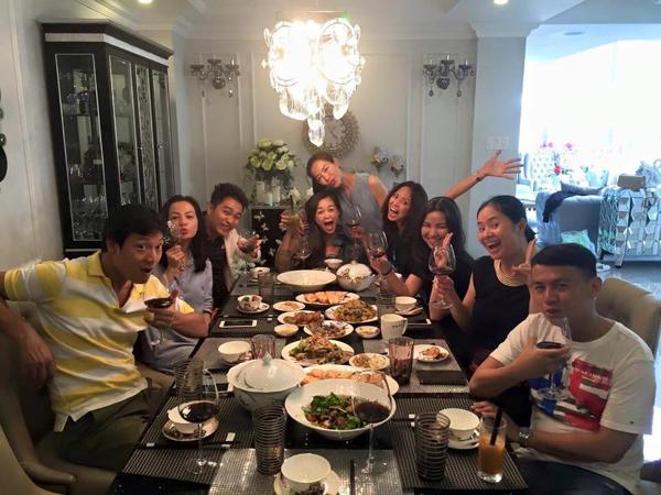 Họ được bà chủ nhà Yến Nhi tự tay vào bếp nấu nướng, bày biện và thết đãi nhiều món ăn ngon.