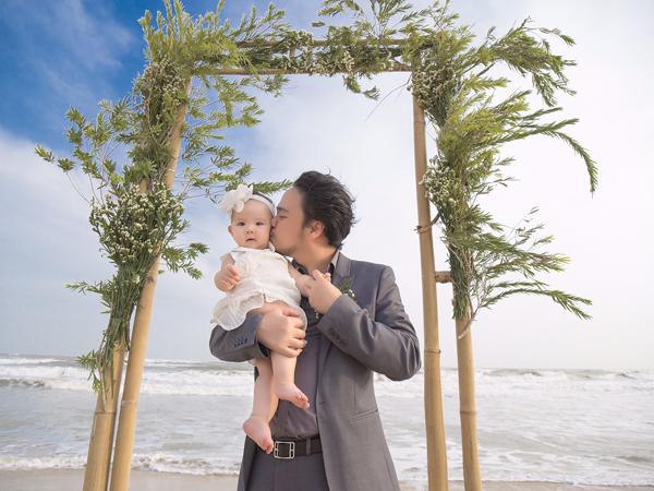 Trang Nhung chia sẻ, từ khi có con, cuộc sống của vợ chồng cô như sang trang mới. Cả hai bận bịu hơn nhưng tổ ấm luôn tràn ngập tiếng cười.
