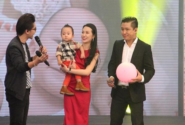 Vợ con nam ca sĩ cũng xuất hiện trên sân khấu để giao lưu với khán giả truyền hình.