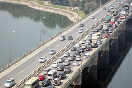 Ngoài dòng xe vào nội thành Hà Nội, các phương tiện đi từ các tỉnh phía Đông lên phía Tây cũng đi qua tuyến đường này