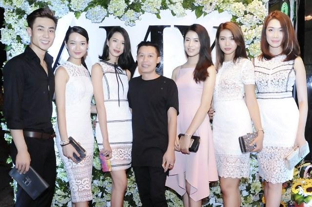 Giải vàng siêu mẫu 2015 Mai Anh Tuấn (trái) và dàn người mẫu đến chúc mừng NTK Xuân Quảng