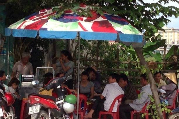 Nhiều phụ huynh đưa con em đi thi tại trường Đại học Văn hoá thể thao và du lịch Thanh Hoá đổ dồn vào các quán nước giải khát để tránh nắng nóng