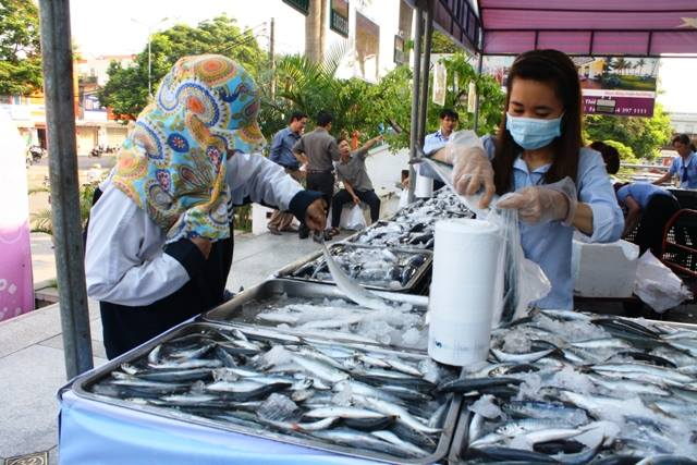 Người dân Thừa Thiên – Huế yên tâm tiêu thụ cá biển trở lại. Ảnh: Lê Chung