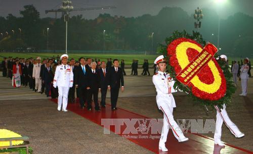 Đoàn lãnh đạo Đảng, Nhà nước và đại biểu Đại hội XII đặt hoa, vào Lăng viếng Chủ tịch Hồ Chí Minh. Ảnh TTXVN