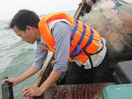 Khảo sát, lấy mẫu khu vực biển xã Quảng Công ngày 21/4. Ảnh: Sở Tài nguyên và Môi trường