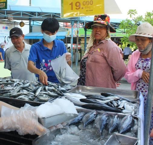 Quầy cá siêu thị đông khách trong ngày đầu tiên được chứng nhận là điểm bán cá biển sạch do ngư dân đánh bắt trong vùng biển an toàn. Ảnh: Lê Chung