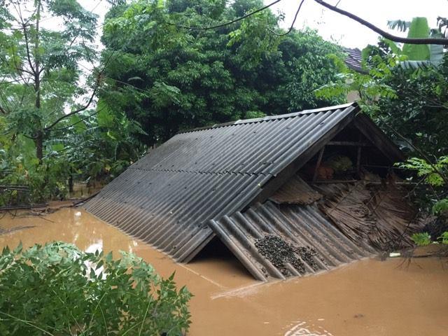 Nhà bị ngập lên gần nóc nhà tại xã Đức Hóa. Ảnh: T.B