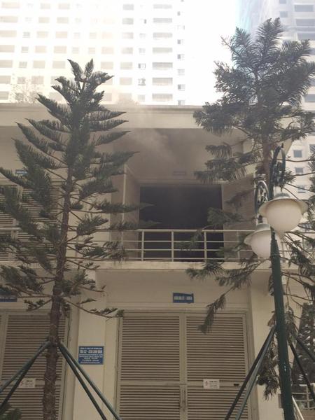 Khói đen bốc ra từ trạm điện nổ. Ảnh: Facebook cư dân KĐT Linh Đàm