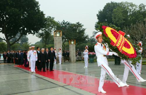 Tiếp đó, đoàn đến đặt vòng hoa và dâng hương tưởng niệm các Anh hùng, liệt sĩ tại Đài Tưởng niệm các Anh hùng, liệt sĩ trên đường Bắc Sơn. Vòng hoa của Đoàn mang dòng chữ: Đời đời nhớ ơn các Anh hùng liệt sĩ. Ảnh TTXVN