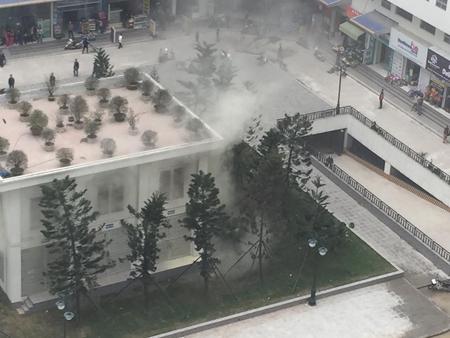Bốt điện xảy ra 3 tiếng nổ lớn, sau đó là khói nghi ngút. Ảnh: Facebook cư dân KĐT Linh Đàm
