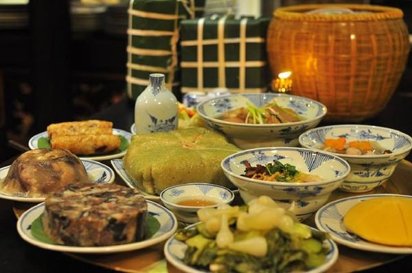 Thưởng thức nhiều loại thức ăn ngày Tết khiến cơ thể mệt mỏi.
