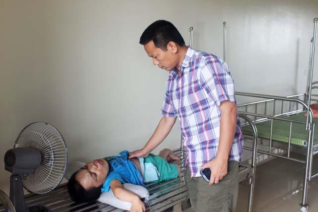 Anh Thịnh hỏi thăm và kiểm tra sức khỏe những người trong trung tâm bảo trợ sau giờ làm